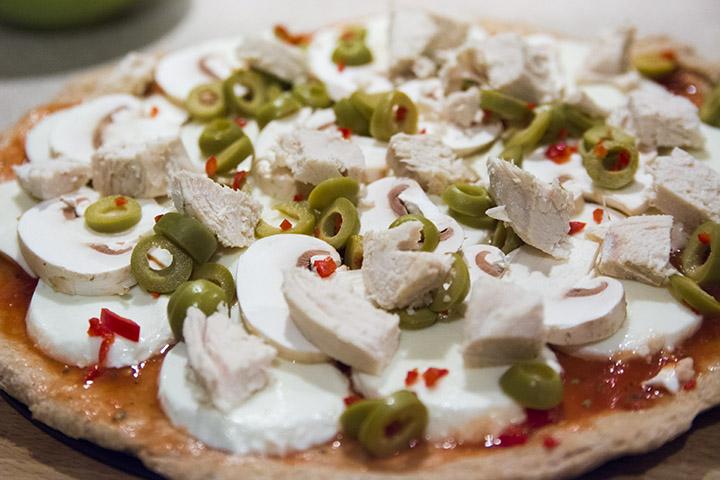 dietetyczna pizza z mąki orkiszowej - przygotowanie